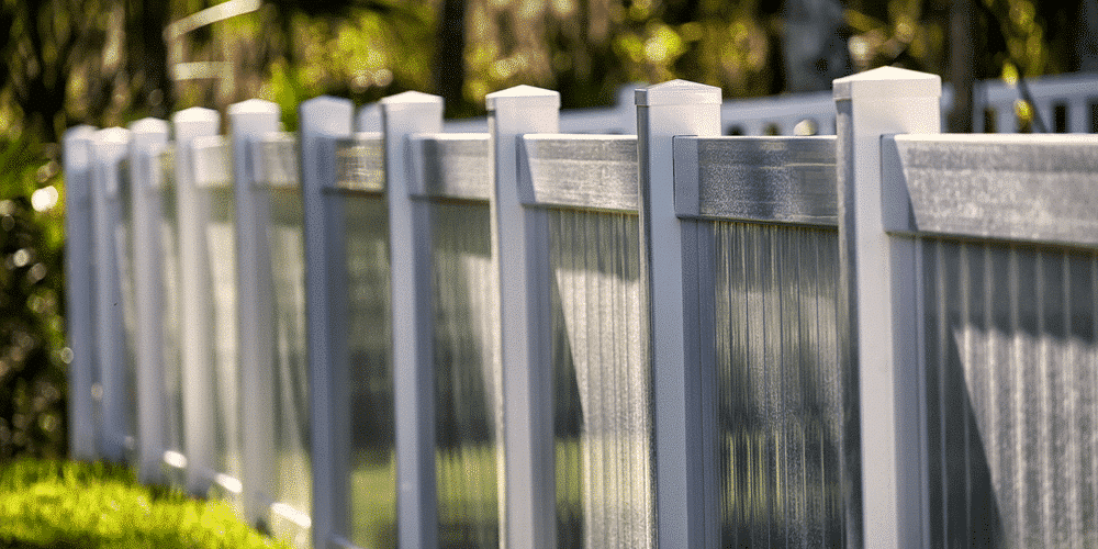 A vinyl fence around a backyard in St. Louis